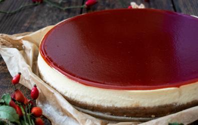 Vanilkový cheesecake so šípkovým pyré