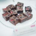 Čokoládové brownie s malinami a čučoriedkami
