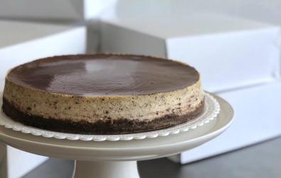 Stracciatella cheesecake s čokoládovou polevou - mini kocky