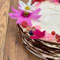 Kakaový Crêpe Cake s mascarpone krémom a čerstvým ovocím - 20-25 porcií, zdobený ovocím a jedlými kvetmi